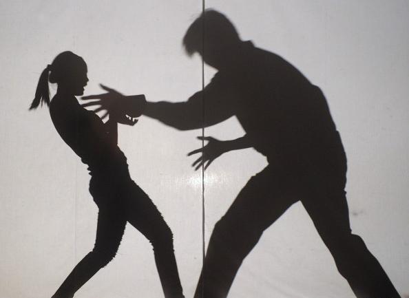 张男怀疑闺蜜勾引男友,痛打对方10多拳。(情境照)