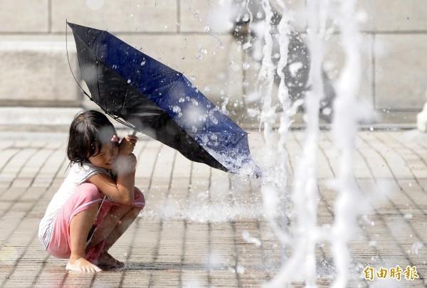 中央氣象局指出,今天(11日)天氣高溫炎熱,南部地區及恆春半島有不定時局部短暫陣雨或雷雨。(本報資料照)