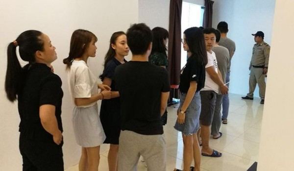 柬埔寨警方昨(12)日在首都金边,破获1个由100名中国籍男女所组成的电信诈骗集团。(图撷取自高棉时报)