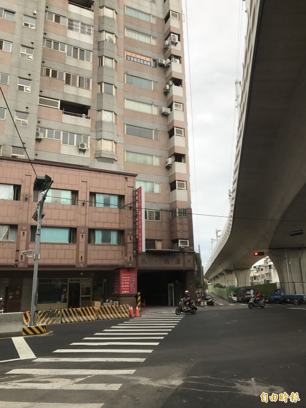 位於向陽路地下道旁的新宿社區大樓,車輛出入口緊鄰十字路口,居民出入十分危險。(記者李忠憲攝)