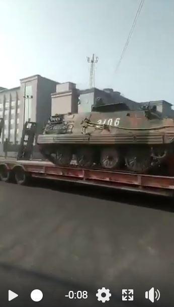 中國鎮江老兵維權抗爭擴大,有網友PO網直擊坦克進場。(圖擷取自臉書)
