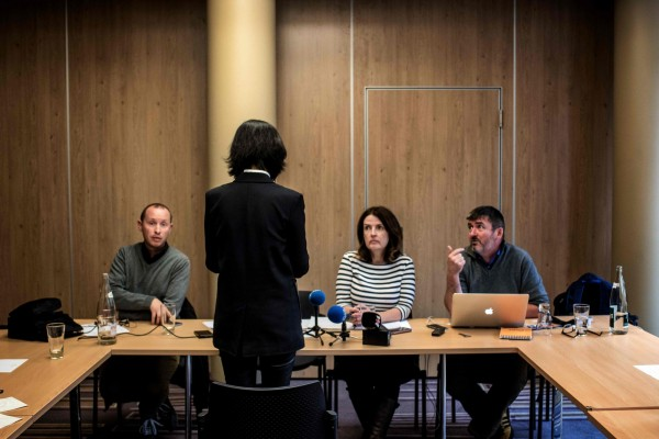 孟妻(左2)16日接受法國《國際郵報》(Courrier International)專訪時指出,能不能再見到孟宏偉對她來說是一個難題,目前沒有任何孟宏偉的消息。(法新社資料照)