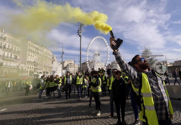 法國民眾在巴黎市區抗議,最後演變成暴力示威。(美聯社)