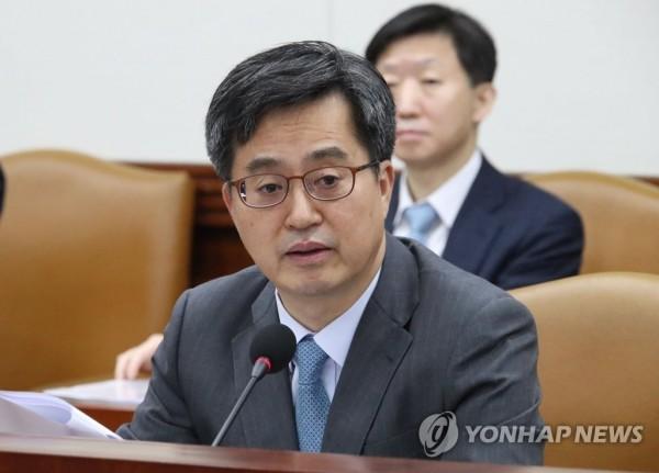 南韓副總理兼企劃財政部長金東兗,將在G20與美方商討鋼鐵鋁關稅豁免一事。(韓聯社)