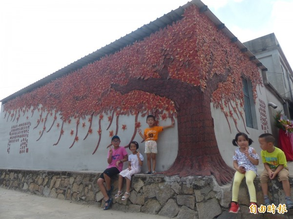 金門瓊林村的窯燒紅磚木棉樹,成了孩童玩耍「乘涼」的新去處。(資料照,記者吳正庭攝)