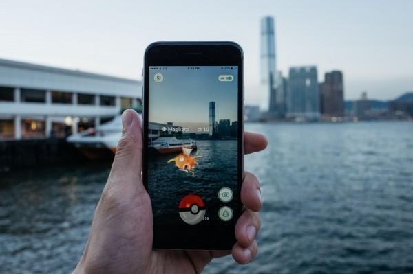 最近世界各國的人都相當著迷於「精靈寶可夢GO」,該遊戲透過擴增實境技術,讓玩家能使用手機補捉神奇寶貝。(彭博)