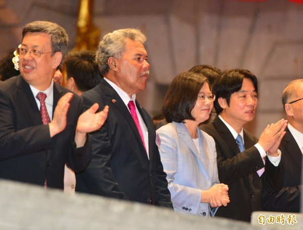 總統蔡英文(右2)陪同吐瓦魯總理索本嘉(左2)等外賓參加106年國慶酒會,一同品嚐台灣美食和觀賞表演。(記者王藝菘攝)
