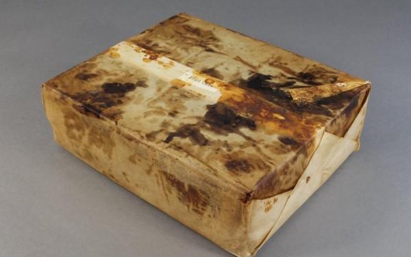 蛋糕被發現時,裝在1個錫製盒子內。(圖擷自《每日電訊報》)