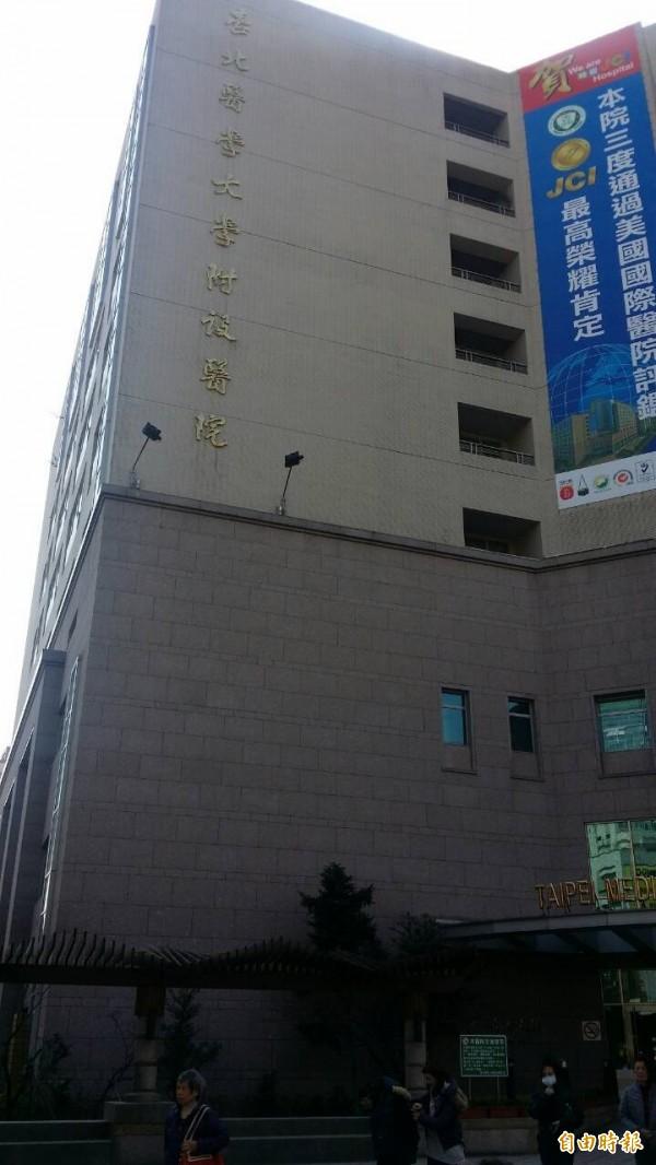 北醫一名李姓護理師心肌梗塞在宿舍猝死,死者父親在北醫門口發放傳單,控訴北醫排出過勞班表害死女兒。(資料照)