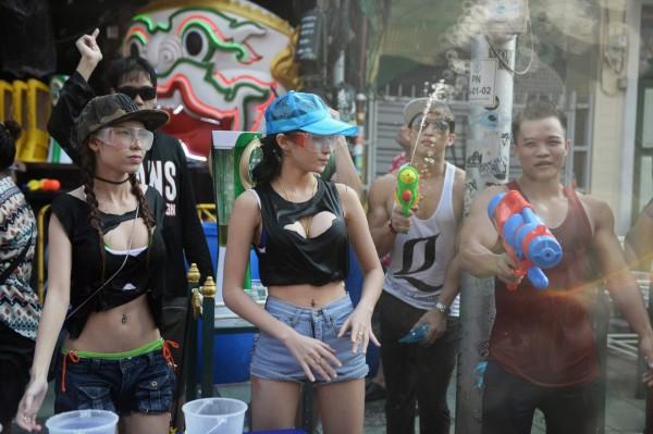 泰國一年一度的潑水節即將開始,但今年潑水節泰國政府要求女性不准穿著暴露,違者將開罰5千泰銖。(法新社)