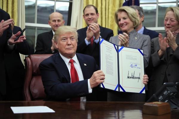 美國總統川普在當地時間10日簽署一項新法律,增加海關和邊防機構經費900萬美元,阻絕中國和墨西哥的毒品進入美國。(美聯社)