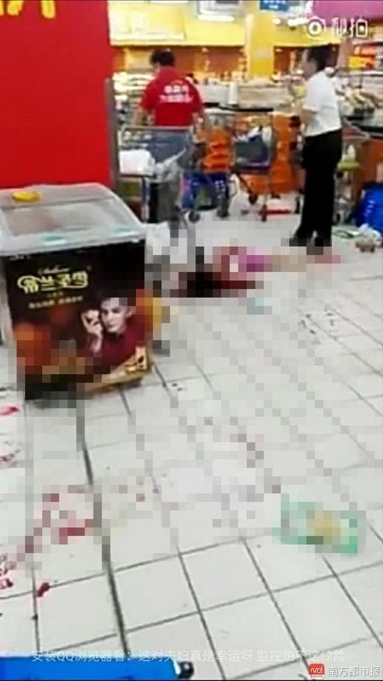 深圳西鄉沃爾瑪超市發生隨機砍人事件,當時超市裡躺了數人,地上都是血跡。(圖擷取自微博)