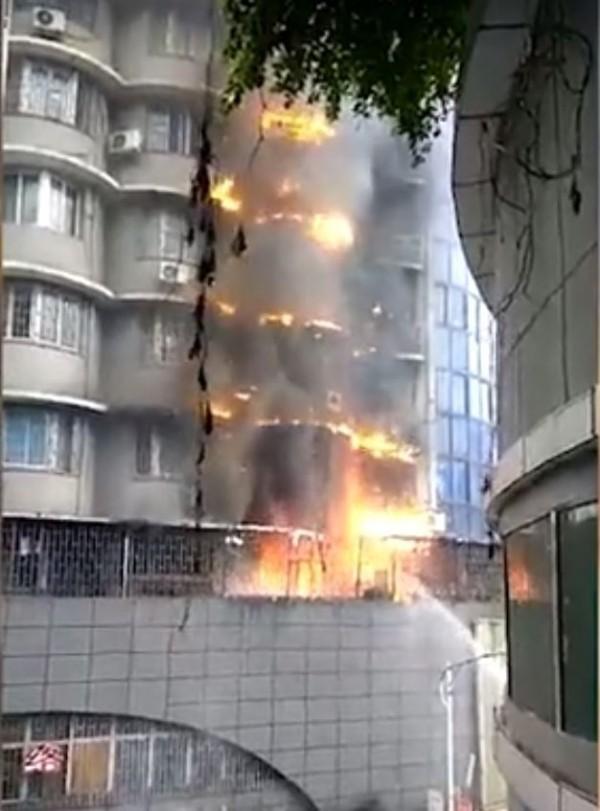 李男用打火機在家中點火,害大樓陷入火海,所幸無人傷亡。(圖擷取自騰訊視頻)