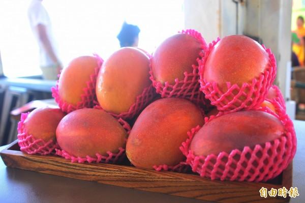 中國四川某交易中心內的水果攤商們被踢爆在芒果盒內狂放包裝紙增加重量後再秤重賣給買家。圖為示意圖。(資料照,記者蔡宗憲攝)