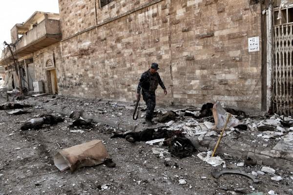 近來西方盟國在伊拉克打擊IS在北部的殘存勢力,尤其是北部大城摩蘇爾,從去年11月以來的戰鬥,盟軍目前已經收復蘇爾市的東半部。(法新社)