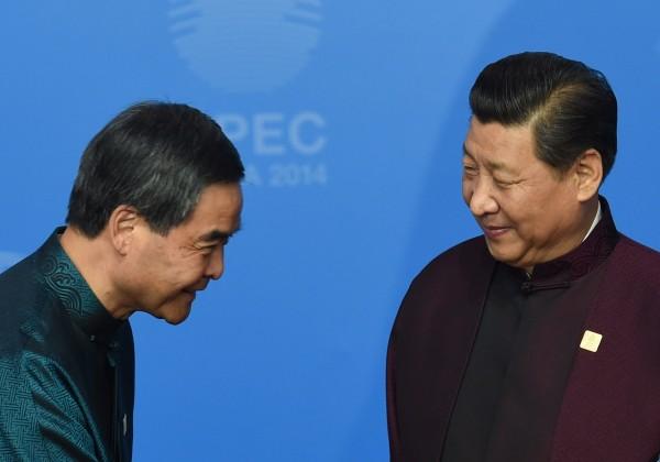 郭文貴聲稱,香港前特首梁振英(左)因為效忠中國共產黨,不會被定罪。(法新社資料照)