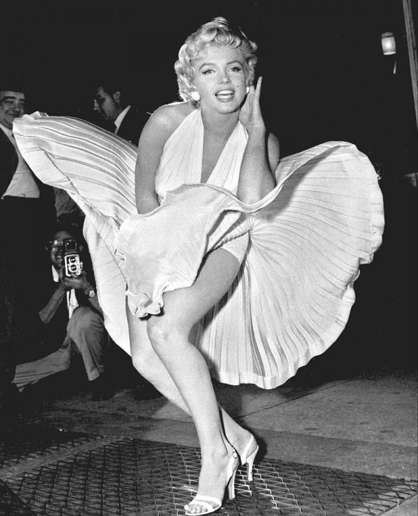 美國已故女星瑪麗蓮夢露的經典壓裙姿勢。(圖取自網路)