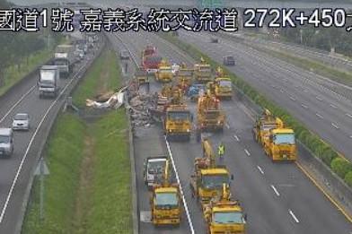 中山高北上272K拖板車相撞,主線道封閉。(取自國道高速公路局)
