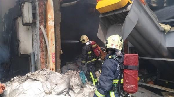 新北市淡水區淡金路四段151號資源回收場火警,消防人員已前往現場進行搶救。(圖擷取自「新北消防發爾麵 」臉書粉專)