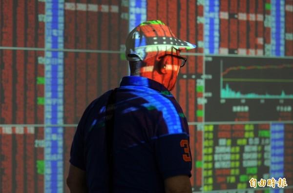 台股集中市場三大法人外資、投信買超、自營商賣超,合計買超新台幣26.24億元。(資料照)