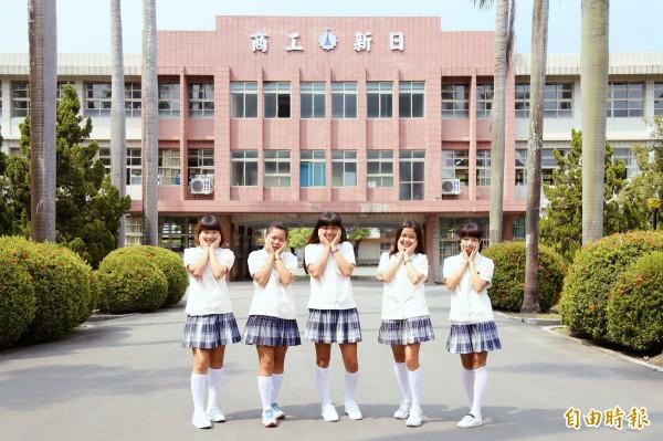 公主袖搭白襪、白鞋,可愛萌樣像日本漫畫。(記者邱芷柔攝)