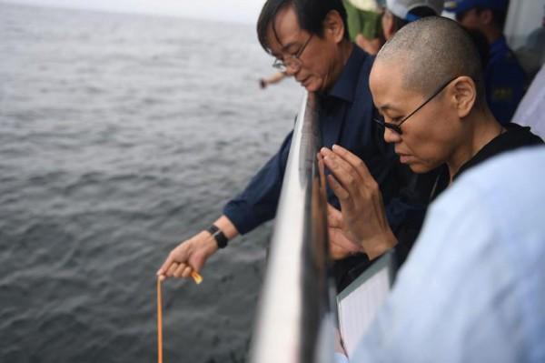 中國政府公布劉霞與親屬在船上把劉曉波骨灰灑進大海的畫面。(法新社)