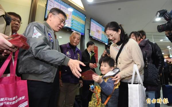 台北市長柯文哲前往台北轉運站分送紅包,預祝旅客新年快樂。(記者劉信德攝)