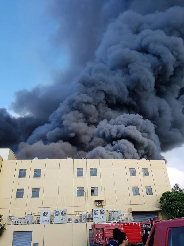 東元電機觀音廠突起火,現場濃煙密布。(消防局提供)