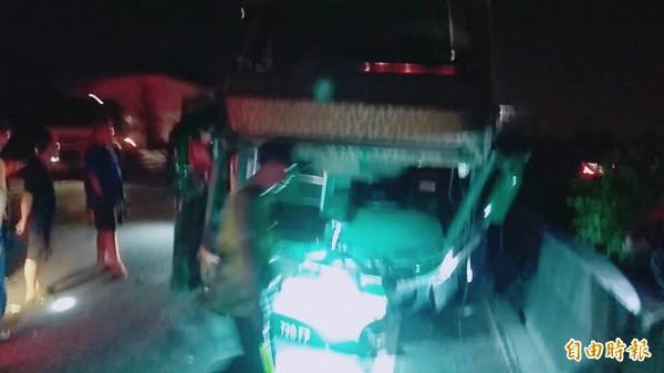 阿羅哈客運證實,一輛車上載有16名乘客,由高雄開往台北的遊覽車,昨深夜在國道一號北上岡山路段衝撞護欄。(記者黃佳琳攝)