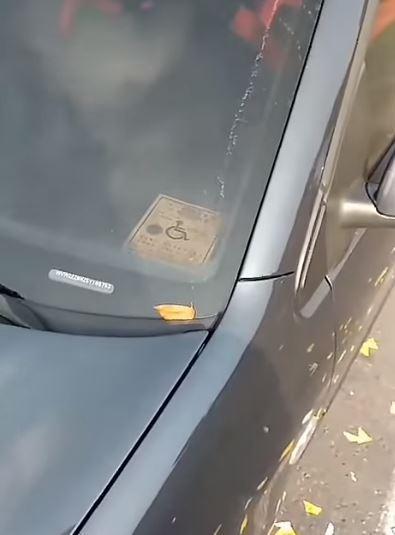 從網友PO出的影片可見,該車被拖到拖吊場貼上封條後,身障車證都還一直在車裡面。(圖擷取自爆怨公社)