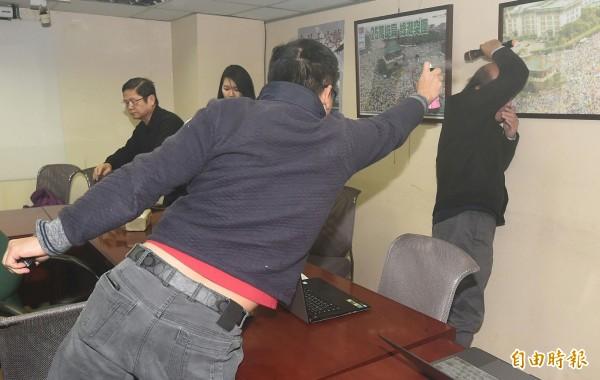 統派團體成員胡、陳、黃姓男子闖入會場,並朝自由台灣黨主席蔡丁貴狂噴生髮劑。(記者廖振輝攝)