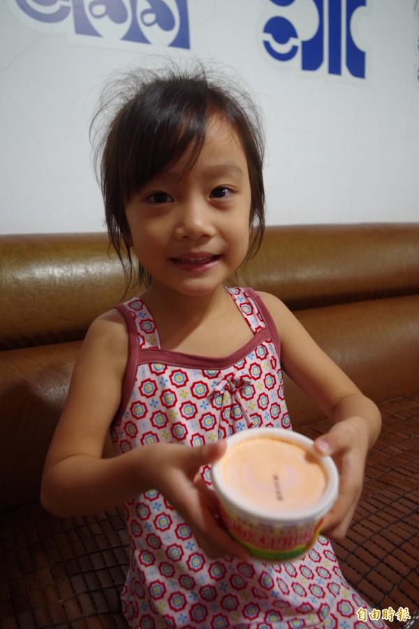 小女孩看到甜椒冰淇淋,眼睛為之一亮。(記者王善嬿攝)