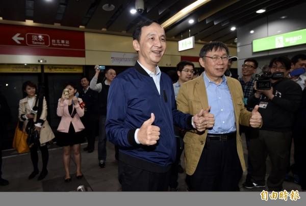 台北市長柯文哲(右)、新北市長朱立倫(左)12日出席公共運輸定期票發行記者會,兩人分別搭乘捷運至大安森林公園站會合。(記者簡榮豐攝)