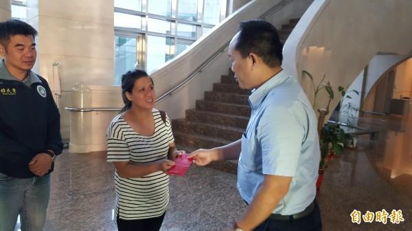 新竹地檢署檢察官許大偉(右)致贈1萬元紅包給陳氏秋河,祝福她順利返國待產。(記者蔡彰盛攝)