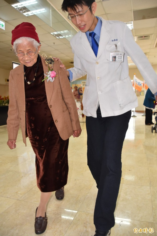 平日有肌力、體適能訓練的老人家,走路明顯穩定,跌倒次數銳減。(記者蘇福男攝)
