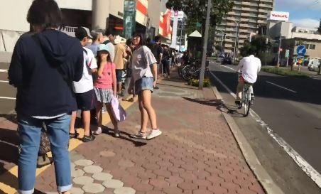大型超市外排隊人潮看不到盡頭。(圖由臉書粉專「台灣女孩的北海道生活」授權使用)