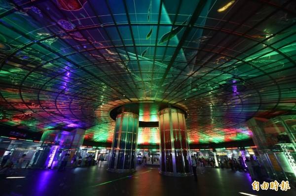 光之穹頂搭配定時光炫幻影秀,讓讓高捷美麗島站成為全球最美的光體車站。(記者張忠義攝)