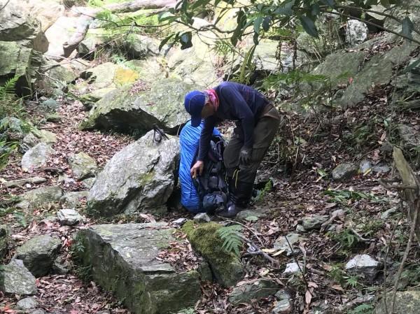 65歲老翁與陌生隊友湊團爬山,因腳程太慢而落隊,警方大費周章才找到他。(記者王峻祺翻攝)