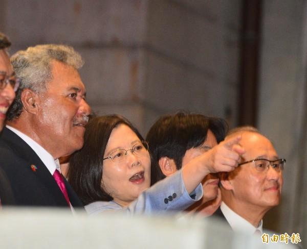 總統蔡英文(圖中)陪同吐瓦魯總理索本嘉(左)等外賓參加106年國慶酒會,一同品嚐台灣美食和觀賞表演。(記者王藝菘攝)