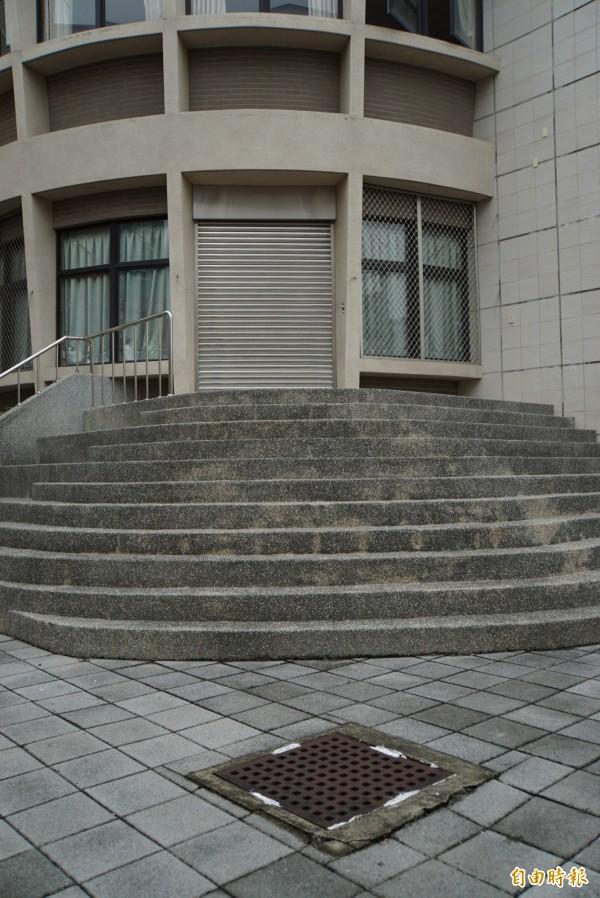 斗六高中外排水溝蓋已被封死,未來不可能再用棧板擋排水。(記者詹士弘攝)