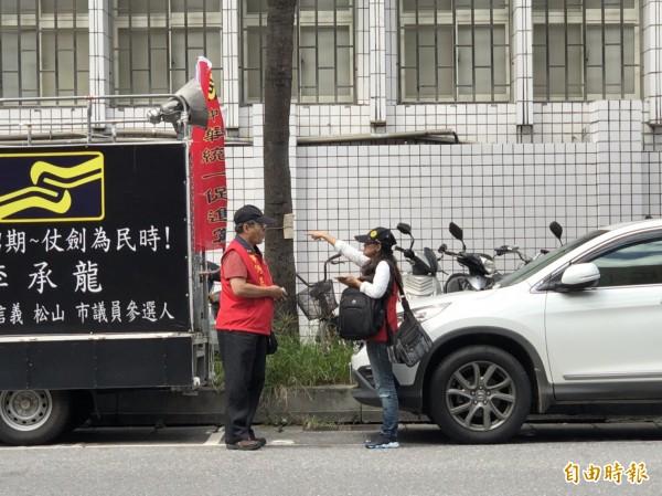 統促黨成員邱晉芛(右)、蔣志豪(左),各以5萬元交保。(記者錢利忠攝)
