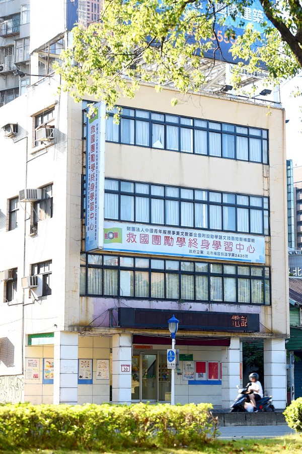 A building owned by the China Youth Corps located on No. 30, Zhongshan N Rd, Sect 1 in Taipei and with an estimated market value of NT$450 million is pictured on Aug. 15.  Photo: Peter Lo, Taipei Times