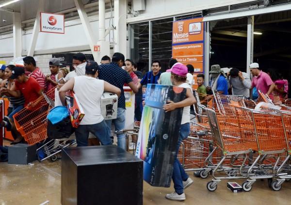 墨西哥宣布2017年停止汽油津貼,導致油價飆升20%,上百民眾發起示威演變成暴動,暴民趁機搶劫商店,搬走高價商品。(歐新社)