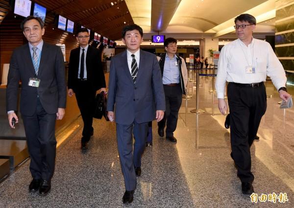 衛福部長陳時中抵達桃園國際機場,率團前往瑞士向WHA提出抗議。(記者朱沛雄攝)