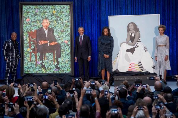 美國前總統歐巴馬(Barack Obama)週一和妻子蜜雪兒(Michelle Obama)出席華盛頓國家美術館的活動,公開夫婦倆各自的肖像畫,與傳統總統肖像相比,極富新意。(法新社)