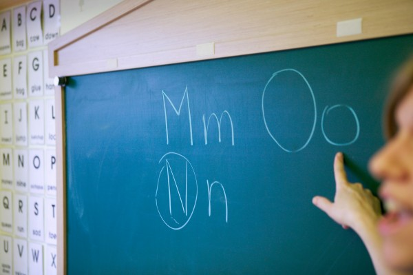 中國部分國小學生家長和教育界人士,質疑課文中存在著「貶中崇洋」傾向,(情境照)