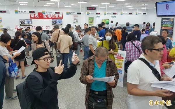 中華電信推出499元4G吃到飽方案,引起民眾排隊搶排,也讓不少門市被人潮擠爆。(資料照)
