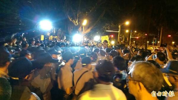 有警察高喊:往外推。(記者蔡穎攝)