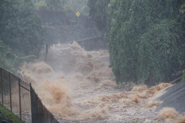 夏威夷出現淹水與山體滑坡災情,已進入緊急狀態。(歐新社)