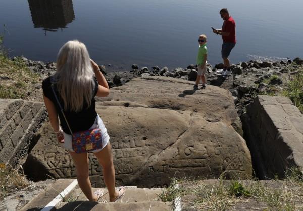 捷克易北河再現十多種「饑餓之石」。(美聯社)